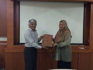Pemberian cinderamata dari Dr. Robert Manurung selaku Ketua KK ATB kepada Dr. Azura Amid selaku Koordinator BPMERU