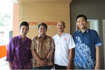 Gambar 2. Tim KK ATB bersama Agus Kurnia selaku Kepala Seksi PSDHL KPH Sumedang