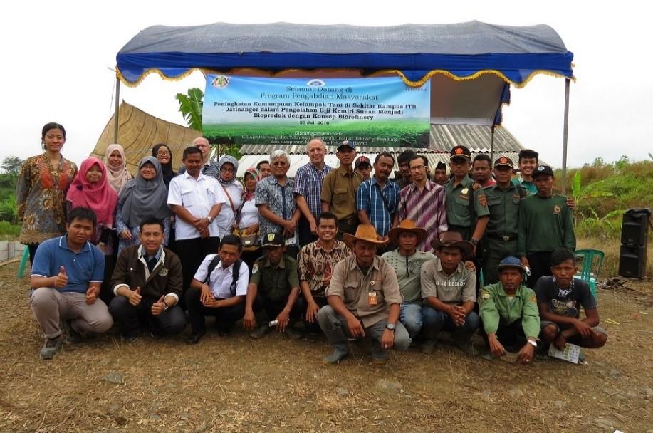 Foto bersama seluruh panitia dan peserta sosialisasi pemanfaatan kemiri sunan dengan konsep biorefinery di Desa Pajagan, Sumedang