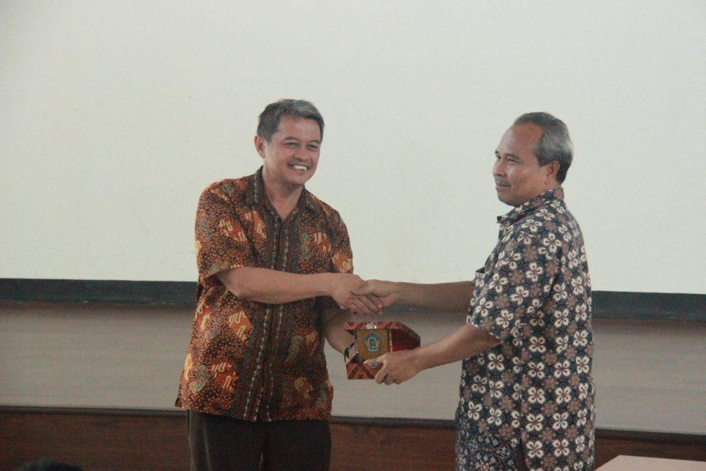 Penyerahan Cinderamata dari Kepala Sekolah SMAN 2 Bogor kepada Kabag Humas Direktorat Eksekutif Kampus ITB Jatinangor