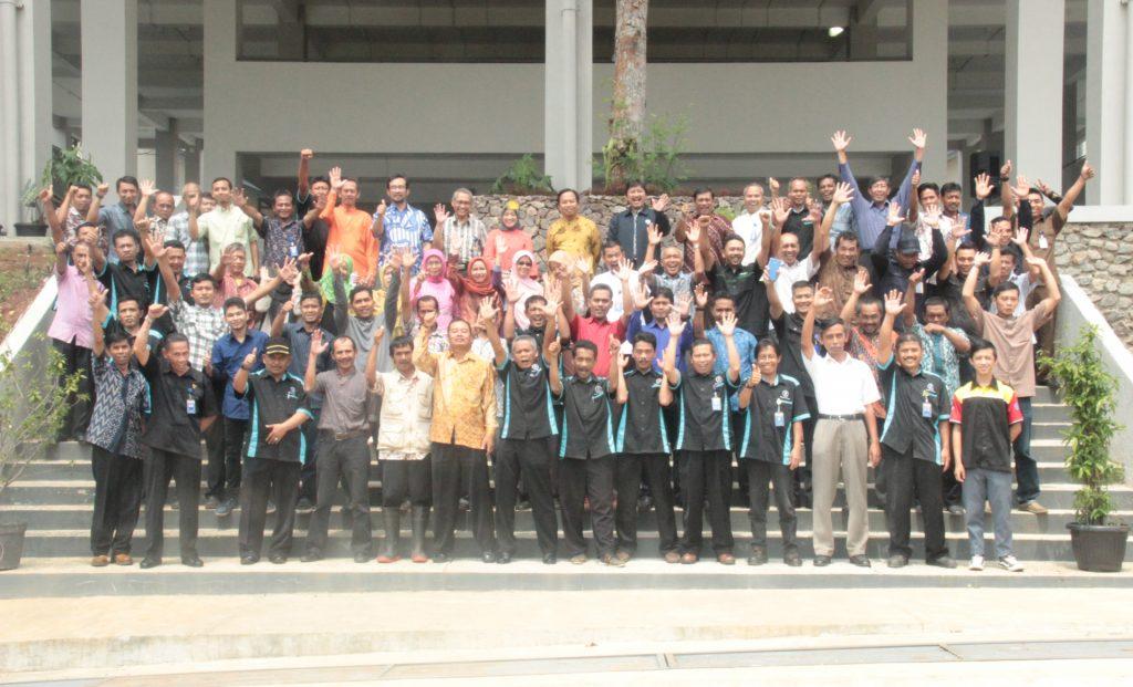 Foto Bersama Pimpinan dan Staf setelah Acara Syukuran Milad ke-5 Direktorat Eksekutif Kampus ITB Jatinangor